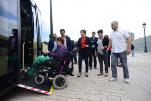 Usuaria en silla de ruedas sube por la rampa de uno de los nuevos autobuses.