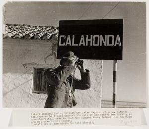 """Robert Capa, Gerda Taro. """"Soldado gubernamental mira a través de sus binoculares, Calahonda, España, febrero de 1937. El pie de la imagen es un texto de la novela """"Por quién dobla las campanas"""", de Hemingway. Quizás fue una de las imágenes propuestas para su inclusión en el reportaje de la revista Life de 6 de junio de 1941.Copyright © Cornell Capa. The Robert Capa and Cornell Capa Archive, Gift of Cornell and Edith Capa, 1992."""
