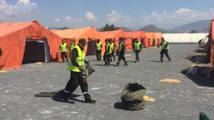 Militares de la UME durante el montaje del campamento para la acogida temporal de migrantes en el Puerto de Motril.