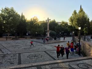 Paseantes por el Campo del Príncipe, este jueves.