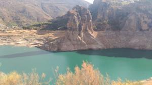 El pantano de Canales está ya a sólo el 28% de su capacidad. Las marcas en las rocas y la ladera muestran el nivel que ha perdido. Imagen tomada este sábado, 23 de septiembre.