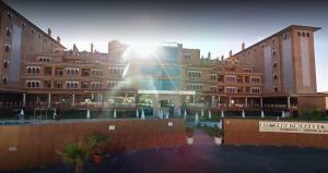 Entrada al hotel en el complejo turístico de El Capricho.