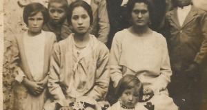 Carmen Alcántara Hidalgo (sentada, a la derecha), con su familia.