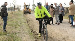 Un ciclista pasa por la zona donde se han iniciado las obras del carril bici.