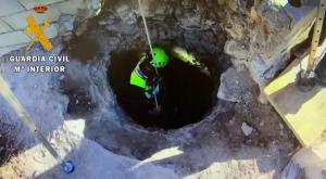 Un agente desciende al interior de la casa cueva.