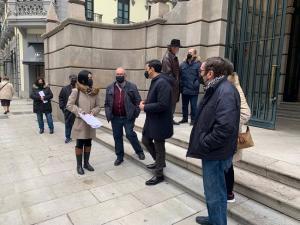 El portavoz del Grupo Socialista en el Ayuntamiento de Granada, Francisco Cuenca, junto a vecinos de Casería de Montijo a las puertas de la Fiscalía.