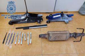 Algunas de las piezas y utensilios recuperados por los agentes.