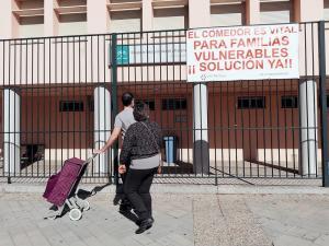 Pancarta desplegada en el CEIP Abencerrajes, en la capital, reivindicando una solución al cierre del comedor.