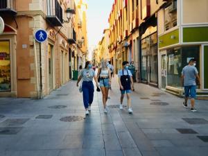 Peatones, con mascarilla, caminan por el centro de Granada.