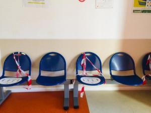 Sillas vacías en un centro de salud.