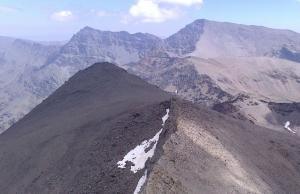 Vista del Cerro de los Machos desde el Veleta. Al fondo, Alcazaba y Mulhacén.