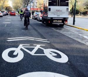 Ciclocarril en Madrid con límite a 30 km/h integrado en la calzada.