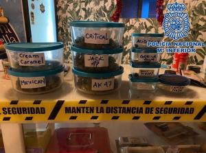 Diversos envases con droga intervenidos en los locales.