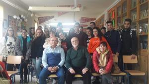 Paco Vigueras y Luis Ruiz, con los estudiantes del IES de Cogollos Vega.
