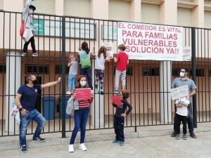 Familias y escolares han rodeado los colegios reclamando el restablecimiento del comedor.