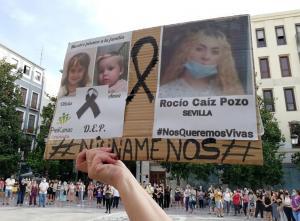 Un cartel con las imágenes de las dos pequeñas y la joven asesinadas, a las que se ha recordado en la concentración.