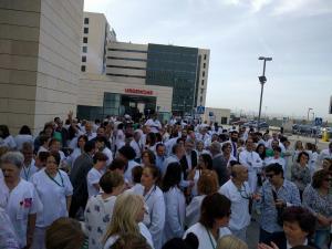 Imagen de la concentración, este jueves, a las puertas del hospital del PTS.