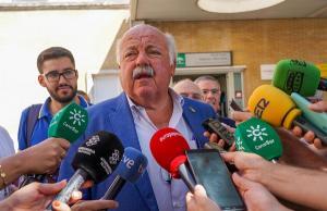 El consejero de Salud, en una atención a medios esta semana en Sevilla.