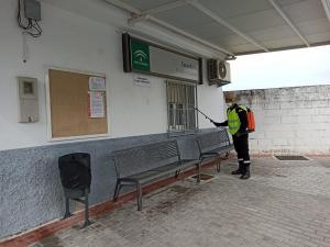 La UME, en tareas de desinfección en el consultorio de Moraleda de Zafayona.