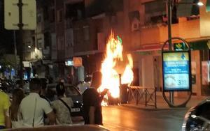 Uno de los contenedores, ardiendo, en la Avenida de Dílar, antes de que llegaran los bomberos.