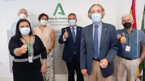 La gerente del hospital y el delegado territorial con los representantes de AECC.