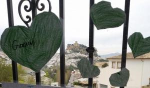 Corazones verdes en una ventana de Montefrío.