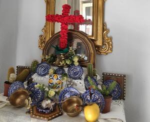 Una de las cruces montadas con esmero dentro de los hogares.
