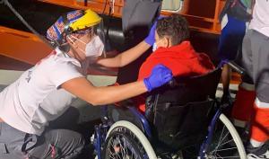 Una voluntaria de Cruz Roja atiende a uno de los pequeños.