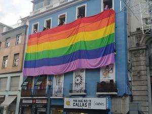 Imagen de la gran bandera arcoíris desplegada el año pasado al retirar los símbolos LGTBI el bipartito.