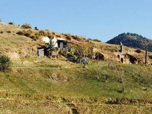 Una de las cuevas, frente a la muralla de San Miguel.