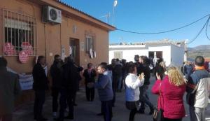Concentración vecinal frente a la vivienda en Deifontes.