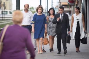 Paqui Granados y Teresa Sanz, con sus abogados, el día de su declaración.