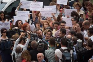 Francisca Granados atiende a los periodistas a su salida de los Juzgados tras su declaración en septiembre.
