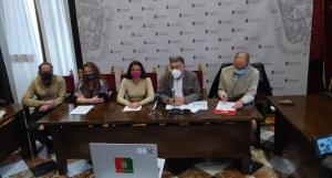 El Defensor de la Ciudadanía con los representantes de la plantilla municipal.