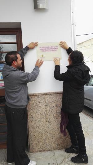 Colocación de la placa en homenaje a las victimas de la violencia de género.