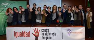 Los delegados y delegadas de la Junta y periodistas en la presentación de la campaña contra la violencia de género.