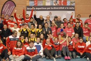 El alcalde y concejales, con deportistas.