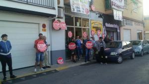 Activistas frente al local que iba a ser desahuciado.