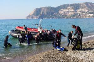 Desembarco de buzos y material en la playa de La Herradura.