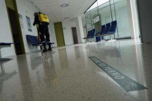 Desinfección del centro de salud de Láchar.