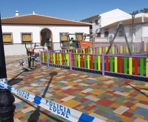 Desinfección de un parque infantil en la localidad.