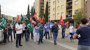 Delegados y delegadas de los sindicatos convocantes antes de iniciar la caravana.