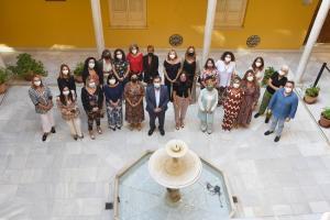 El presidente de la Diputación, junto a las diputadas de Igualdad.