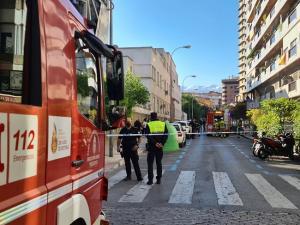 Bomberos y Policía Local durante la intervención.