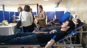 Jóvenes dondando sangre en Ciencias.