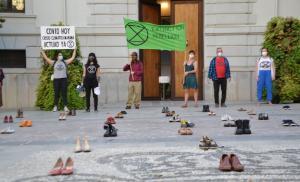 El suelo de la Plaza cel Carmen, cubierto de zapatos este viernes.