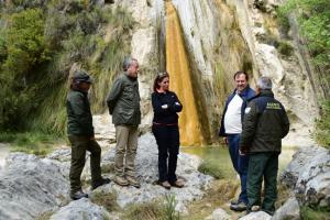Personal de Medio Ambiente, en la Cascada de los Árboles Petrificados, en el río Verde.