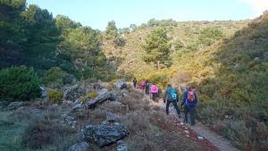 Senderistas por la Sierra de Quéntar, uno de los municipios incluidos en el programa.