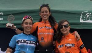 Duna Rodríguez (centro) y Carla Pérez (izqda.), en el podio.