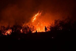 Imagen del fuego, ya caída la noche.